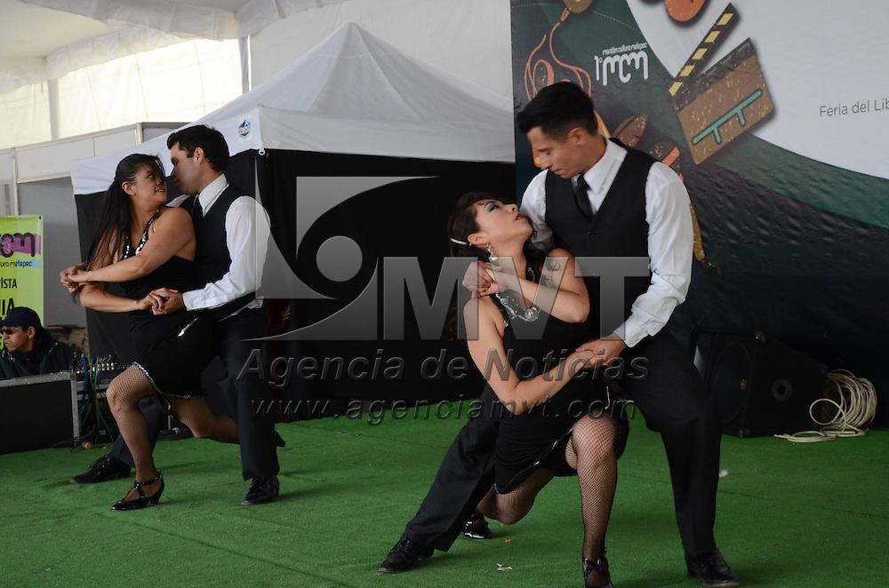 Metepec, México (Abril 23, 2016).- Con bailes, expocisiones de libros, actividades de dibujo, escultura en barro entre otros, se llevo acabo el primer maratón cultural de Metepec en la plaza juárez. Agencia MVT / Arturo Hernández.