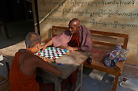 Myanmar (ex Birmanie), Mandalay, Inwa, ancienne capitale, moines jouant aux echecs  // Myanmar (Burma), Mandalay, Inwa the old capital, monk playing chess