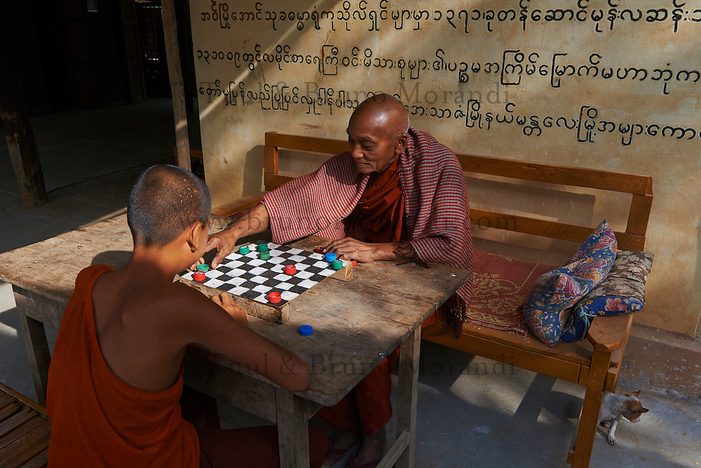 Myanmar (ex Birmanie), Mandalay, Inwa, ancienne capitale, moines jouant aux echecs  // Myanmar (Burma), Mandalay, Inwa the old capital, monk playing chess