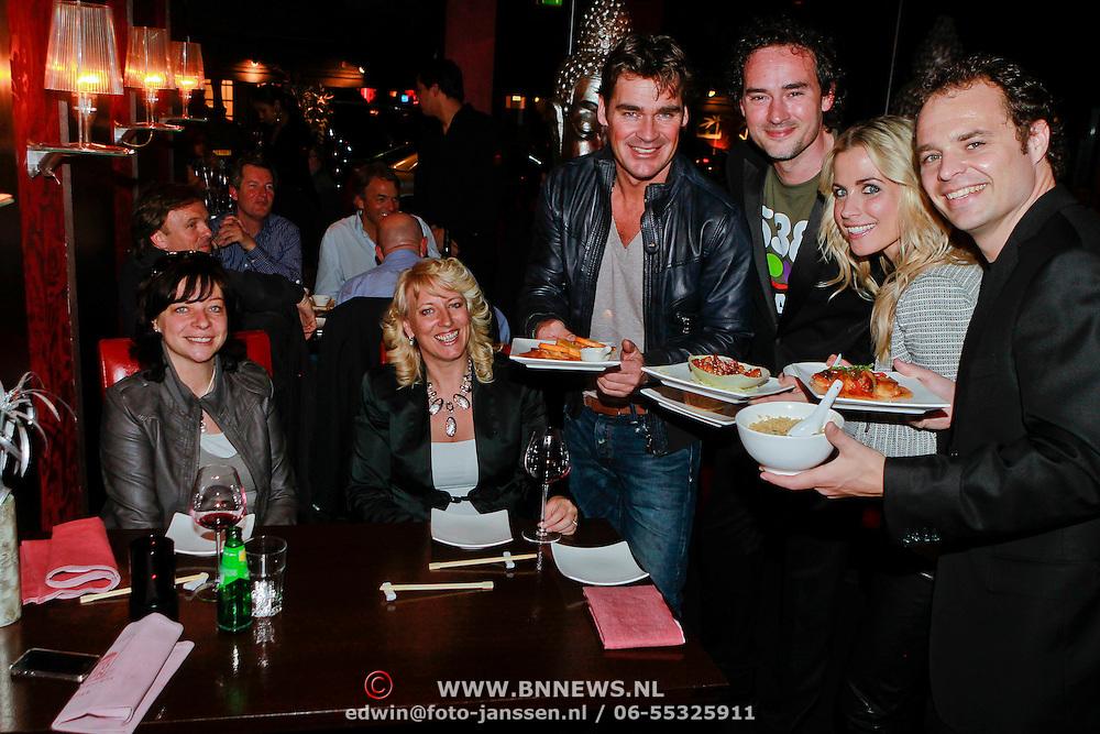 NLD/Blaricum/20110331 - Geldinzameling voor Radio 538 actie tbv Warchild door bediening in restaurant Red Sun Blaricum,