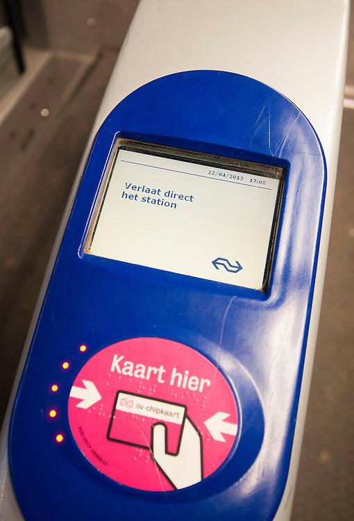 Nederland, Amsterdam, 22 april 2013<br /> Incheckpoortje van de NS in het centraal station van Amsterdam geeft aan dat er iets mis is. Verlaat direct het station, staat er. Er was echter niets aan de hand, waarschijnlijk een softwarefoutje.<br /> Foto(c): Michiel Wijnbergh
