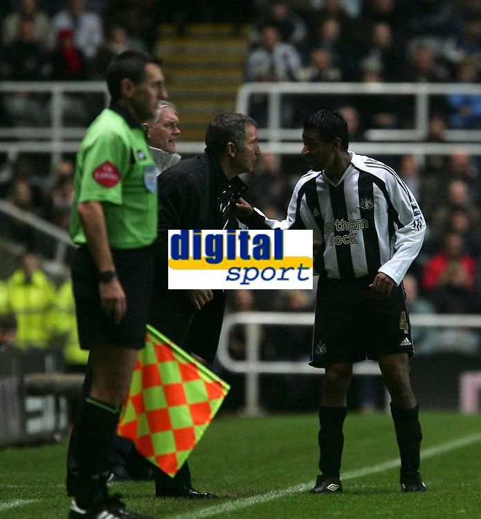 Photo: Andrew Unwin.<br />Newcastle Utd v Aston Villa. The Barclays Premiership.<br />03/12/2005.<br />Newcastle's under-pressure manager, Graeme Souness (C) has a tactical chat with Nolberto Solano (R).