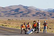 Graeme Obree valt bij de start van de eerste race van de WHPSC. In Battle Mountain (Nevada) wordt ieder jaar de World Human Powered Speed Challenge gehouden. Tijdens deze wedstrijd wordt geprobeerd zo hard mogelijk te fietsen op pure menskracht. Ze halen snelheden tot 133 km/h. De deelnemers bestaan zowel uit teams van universiteiten als uit hobbyisten. Met de gestroomlijnde fietsen willen ze laten zien wat mogelijk is met menskracht. De speciale ligfietsen kunnen gezien worden als de Formule 1 van het fietsen. De kennis die wordt opgedaan wordt ook gebruikt om duurzaam vervoer verder te ontwikkelen.<br /> <br /> Graeme Obree falls at the the start of the first race of the WHPSC. In Battle Mountain (Nevada) each year the World Human Powered Speed Challenge is held. During this race they try to ride on pure manpower as hard as possible. Speeds up to 133 km/h are reached. The participants consist of both teams from universities and from hobbyists. With the sleek bikes they want to show what is possible with human power. The special recumbent bicycles can be seen as the Formula 1 of the bicycle. The knowledge gained is also used to develop sustainable transport.