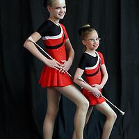Nederland, Amsterdam , 16 januari 2010..De Nederlandse kampioenschappen Baton Twirling in de Sporthallen Zuid Amsterdam..Twirlen is een sport waarbij bewegingen worden gemaakt met een baton. De bewegingen zijn meestal dans en gymnastische bewegingen op allerlei verschillende soorten muziek...Je hebt super veel onderdelen met twirlen want je hebt; 1-baton, 2-baton, duotwirling, strutting, basic-strut en twirlteams in small en large. Deze onderdelen doe je op verplichte N.B.T.A.-muziek. Ook heb je dan nog dance-twirl, smallteam dance, largeteam dance en pomponteams..Op de foto Twirling deelneemsters poseren voor een fotograaf met studio op locatie..Foto:Jean-Pierre Jans