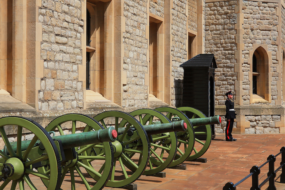 Tower Of London - Jewel House Guard And Canons - London