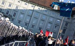 02.11.2017, AUT, Demonstration während der Angelobung der neuen Bundesregierung, im Bild Polizei-Sperrlinie, Demonstrant mit Tshirt // demonstration during the inauguration of the new federal government at the Heldenplatz in Vienna, Austria on 2017/12/18. EXPA Pictures © 2017, PhotoCredit: EXPA/ Florian Schroetter