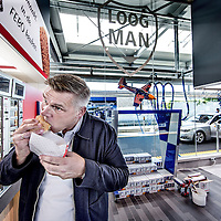 Nederland, Aalsmeer, 19 juli 2016.<br /> Loogman Tanken & Wassen opent in Aalsmeer eerste FEBO in tankshop.<br /> In het tankstation van Loogman Tanken & Wassen in Aalsmeer heeft ondernemer Ger Loogman dinsdag een FEBO geopend. Het is het eerste tankstation in Nederland dat als shop-in-shop een complete FEBO bevat.<br /> <br /> Netherlands, Amsterdam, July 14, 2016.<br /> A peek in the kitchen of the family company FEBO.<br /> Febo is a snack bar chain in the Netherlands. The founder started as a baker and confectioner.<br /> In 1942, Maison Febo (originally Bakery Febo) was founded by Johan de Borst (1919-2008). What began as a bakery grew into an automatic, where Johan Borst sold homemade croquettes. <br /> The name 'Febo' derives from the Amsterdam Ferdinand Bolstraat in the Pijp.<br /> The croquettes and meat burgers  are still produced with the authentic recipe of Grandfather Borst and prepared fresh every day. FEBO continuously ensures that the products still have the same quality as before.<br /> FEBO starts very early in the morning with making a bouillon made from fresh vegetables and then make a ragout with the best quality meat of 100% Dutch cattle from the area.  From this ragout the famous FEBO croquette is made fresh every day. The croquettes are always freshly made and never frozen. <br /> <br /> <br /> Foto: Jean-Pierre Jans