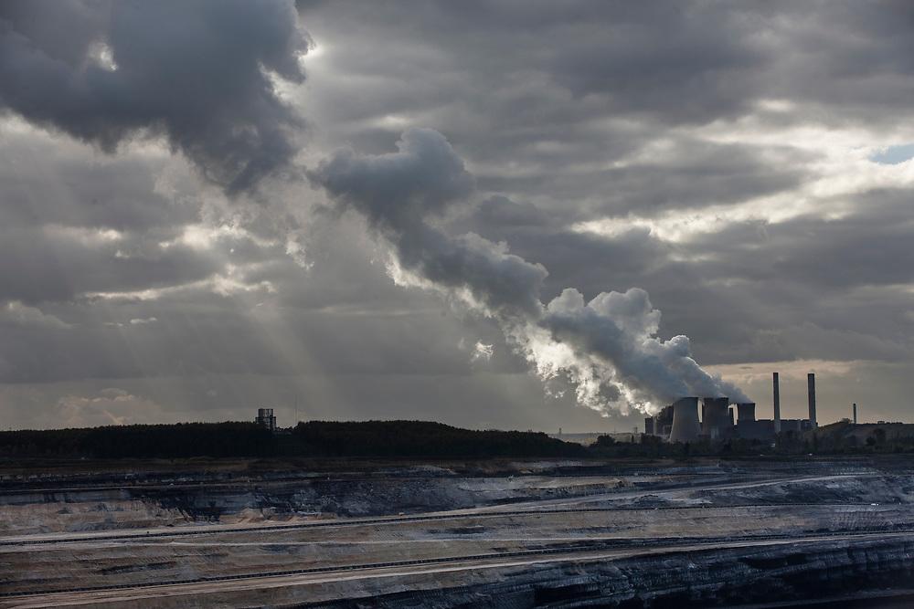 Juechen, DEU, 30.10.2017<br /> <br /> Der Tagebau Inden der RWE Power AG liegt im Rheinischen Braunkohlerevier nahe Inden, zwischen Eschweiler und Juelich. Er versorgt ausschliesslich das Braunkohlekraftwerk Weisweiler, ein von der RWE AG mit Braunkohle betriebenes Grundlastkraftwerk in Eschweiler (Staedteregion Aachen).<br /> <br /> The Inden open pit mine of RWE Power AG is located in the Rhenish lignite mining area near Inden, between Eschweiler and Juelich. It exclusively supplies the Weisweiler lignite-fired power plant, a base-load power plant operated by RWE AG with lignite in Eschweiler (Staedteregion Aachen).<br /> <br /> Foto: Bernd Lauter/berndlauter.com