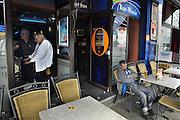 Belgie, Luik, 8-8-2010Straatbeeld in het centrum van de stad. In een cafe spelen een man en een vrouw aan de gokkast, op het terrasje is een man bij zijn biertje in slaap gevallen.Foto: Flip Franssen/Hollandse Hoogte