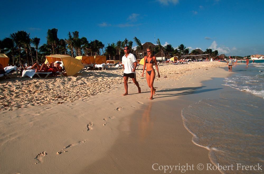 MEXICO, YUCATAN, QUINTANA ROO, TOURISM RIVIERA MAYA; beach activity on the  Caribbean coast at Playacar south of Playa del Carmen (PR)