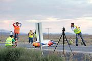 Rik Houwers valt bij de start van zijn eerste recordpoging. Na een herstart haalt hij 129,45 km/h en is daarmee de derde snelste man ter wereld. Het Human Power Team Delft en Amsterdam (HPT), dat bestaat uit studenten van de TU Delft en de VU Amsterdam, is in Amerika om te proberen het record snelfietsen te verbreken. Momenteel zijn zij recordhouder, in 2013 reed Sebastiaan Bowier 133,78 km/h in de VeloX3. In Battle Mountain (Nevada) wordt ieder jaar de World Human Powered Speed Challenge gehouden. Tijdens deze wedstrijd wordt geprobeerd zo hard mogelijk te fietsen op pure menskracht. Ze halen snelheden tot 133 km/h. De deelnemers bestaan zowel uit teams van universiteiten als uit hobbyisten. Met de gestroomlijnde fietsen willen ze laten zien wat mogelijk is met menskracht. De speciale ligfietsen kunnen gezien worden als de Formule 1 van het fietsen. De kennis die wordt opgedaan wordt ook gebruikt om duurzaam vervoer verder te ontwikkelen.<br /> <br /> Rik Houwers crashes the VeloX4 at the start of his first record attempt. After a restart he cycles 80,44 mph and is the third fastest man in the world. The Human Power Team Delft and Amsterdam, a team by students of the TU Delft and the VU Amsterdam, is in America to set a new  world record speed cycling. I 2013 the team broke the record, Sebastiaan Bowier rode 133,78 km/h (83,13 mph) with the VeloX3. In Battle Mountain (Nevada) each year the World Human Powered Speed Challenge is held. During this race they try to ride on pure manpower as hard as possible. Speeds up to 133 km/h are reached. The participants consist of both teams from universities and from hobbyists. With the sleek bikes they want to show what is possible with human power. The special recumbent bicycles can be seen as the Formula 1 of the bicycle. The knowledge gained is also used to develop sustainable transport.