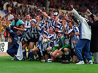 Sheffield Wednesday players celebrate victory. Sheffield Wednesday v Manchester United, League Cup Final, Wembley Stadium, 21/04/1991. Credit : Colorsport / Andrew Cowie