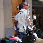 NLD/Amsterdam/20070825 - Gordon Heuckenroth en vriendje arm in arm winkelend in de PC Hoofdstraat Amsterdam