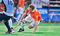 BLOEMENDAAL - hoofdklasse competietiewedstrijd heren tussen Bloemendaal en Laren (9-1). Ronald Brouwer (Bloemendaal) , die drie keer scoorde, toont zijn strijdlust. Foto KOEN SUYK