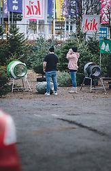 THEMENBILD - ein Paar kauft einen Christbaum an einem Stand, aufgenommen am 07. Dezember 2020, Zell am See, Österreich // a couple buys a Christmas tree at a stand on 2020/12/07, Zell am See, Austria. EXPA Pictures © 2020, PhotoCredit: EXPA/ Stefanie Oberhauser