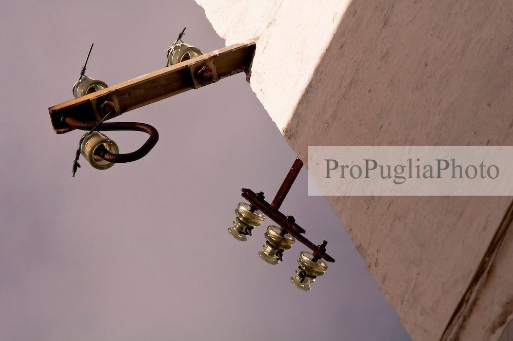 Immagine delle campane di vetro che trasportavano un tempo i fili dell'altatensione in Ostuni.
