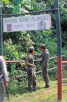 Soldados militares con guacamaya, Parima, Amazonas, Venezuela.