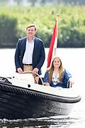 Het koninklijk gezin maakt een vaartocht over de Kagerplassen en poseert op de kade tijdens de jaarlijkse zomerfotosessie.<br /> <br /> The royal family makes a cruise on the Kagerplassen and pose on the quay during the annual summer photography session.<br /> <br /> Op de foto / On the photo:  Koning Willem-Alexander met prinses Amalia<br /> <br /> King William Alexander with Princess Amalia