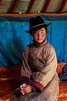Mongolie, Province de Ovorkhangai, Vallee de l'Orkhon, campement nomade, jeune femme à l'intérieur d'une yourte // Mongolia, Ovorkhangai province, Orkhon valley, Nomad camp, young woman in the yurt