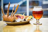 En tallrik med frukt och ostarna 'Drunken Goat', 'OSU Smoked Sheddar' och 'Cambozola' tillsammans med en suröl på Cascade Brewings krog The Barrel House i Portland, Oregon. <br /> Foto: Christina Sjögren