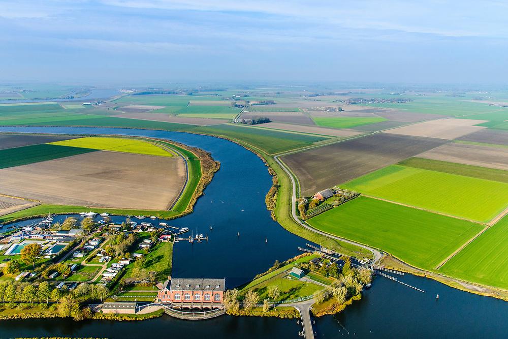 Nederland, Groningen, Gemeente Zuidhoorn, 08-09-2009; Lammerburen, gemaal De Waterwolf aan het Reitdiep; het gehucht is beter bekend onder de naam Electra. Het gemaal, in beheer bij waterschap Noorderzijlvest, zorgt voor de afvoer van water naar het Lauwersmeer (aan de horizon, Zoutkamp).<br /> Lammerburen with pumping station the Water Wolf at the Reitdiep, the hamlet is better known as Electra.<br /> luchtfoto (toeslag op standaard tarieven);<br /> aerial photo (additional fee required);<br /> copyright © foto/photo Siebe Swart
