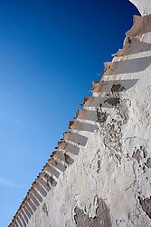 Dettaglio del muro ovest della piccolissima chiesetta di Santa Cristina.
