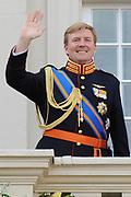 """De """"balkonscène"""" van de koninklijke familie op Paleis Nooreinde o, Prinsjesdag 2012. /// Royal family at palace Noordeinde on """"Prinsjesdag""""in The Hague<br /> <br /> Op de foto / On the photo: kroonprins Willem-Alexander"""
