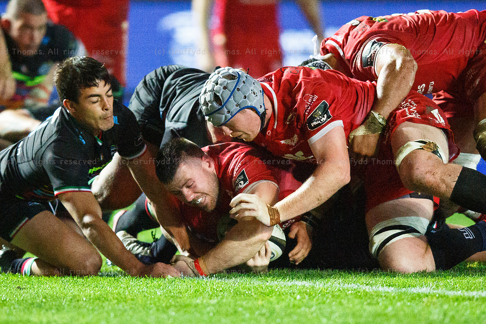 Llanelli, UK. 8 November, 2020.<br /> Scarlets prop Rob Evans grounds the ball short of the try line during the Scarlets v Zebre PRO14 Rugby Match.<br /> Credit: Gruffydd Thomas/Alamy Live News