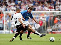 Fotball<br /> Treningskamp England<br /> <br /> Foto: Frances Leader, Digitalsport<br /> NORWAY ONLY<br /> <br /> Fulham v Rangers<br /> Pre-season friendly<br /> 24/08/2004.<br /> <br /> Fulham's Darren Pratley in front of Rangers Paolo Vanoli