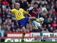 Fotball<br /> Premier League - Aston Villa v Arsenal<br /> 18. januar<br /> Villa Park - England<br /> Foto: Digitalsport<br /> Norway Only<br /> Pascal Cygan fra Arsenal og Juan Pablo Angel fra Villa