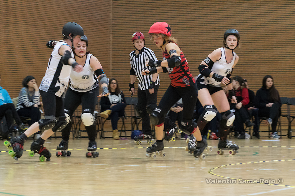 Madrid, Spain. 17th March, 2018. Players of Taxider'Biches Roller Derby trying to block the jammer of Roller Derby Madrid B, #200 Bloody Mewi. © Valentin Sama-Rojo