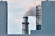 Nederland, Groningen, Eemshaven, 15-4-2015 In de Eemshaven wordt door verschillende electriciteitsbedrijven stroom geproduceerd. De grote blaauwe centrale van RWE, voorheen Essent, springt het meest in het oog. Ook Electrabel, Eemscentrale, en Nuon, Vattenfall hebben hun eenheden. Naast de traditionele centrales staat er ook een windmolenpark met ruim 90 molens. FOTO: FLIP FRANSSEN/ HOLLANDSE HOOGTE