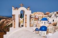 Grece, les Cyclades, Iles Egéennes, Ile de Santorin (Thira), village de Oia (Ia), eglise aux dômes bleues // Greece, Cyclades, Santorini island, oia (Ia) village, church with blue dome