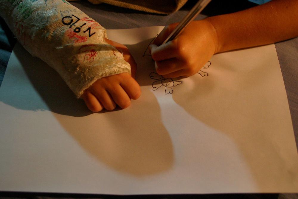 Belo Horizonte_MG, Brasil...Garoto, com o braco quebrado, desenhando...A boy, with broken arm, drawing...Foto: LEO DRUMOND / NITRO