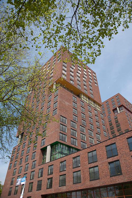 Nederland UTRECHT -25-05-2009 Vlakbij het centrum van Utrecht aan het Europaplein staat City Campus MAX. MAX bestaat uit bijna 1000 één- en tweekamerappartementen..Studenten van de de Universiteit Utrecht of een HBO-opleiding in de provincie Utrecht of jongeren die maximaal twee jaar zijn afgestudeerd aan een van deze onderwijsinstellingen.Max bestaat uit drie torens: twee torens van 22 verdiepingen met 558 éénkamer huurappartementen en 170 twee kamer huurappartementen. De kleine toren van 15 verdiepingen heeft 261 koopappartementen. Circa 2700 m2 commerciële ruimte bestemd voor voorzieningen die passen bij studenten zoals een sportschool, een wasserette en een boekhandel etc. De koopappartementen worden door Bouwfonds verkocht. Tussen de drie torens is een buitenterras gemaakt dat toegankelijk is voor alle bewoners..Near the center of Utrecht on Europe's Square is City Campus MAX. MAX 1000 includes almost one-and two bedroom apartments..Students of the Utrecht University or higher vocational education in the province of Utrecht and young people up to two years have graduated from one of these onderwijsinstellingen.Max consists of three towers: two towers of 22 floors with 558 one bedroom apartments and 170 two-bedroom rental apartments. Small 15-storey tower has 261 apartments for sale. Approximately 2700 m2 of commercial space for services that match students as a gym, a laundry and a bookstore, etc. The private apartments are sold by the Fund. Between the three towers is an outdoor terrace made accessible to all residents..Foto: Marco Hofste/Hollandse Hoogte