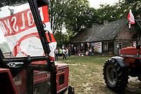 Wies Wojnowce, woj podlaskie, 19.06.2018. Mieszkancy tej niewielkiej wsi lezacej 2 km od granicy z Bialorusia wspolnie ogladali mecz Polska - Senegal w wiejskiej swietlicy , wiekszosc z nich przyjechala traktorami . Powolane przez mieszkancow Stowarzyszenie na Rzecz Rozwoju Gminy Szudzialowo od lat walczy o remont zaniedbanego budynku , pokazujac przez organizacje roznych imprez , ze jest potrzebny mieszkancom wsi; N/z kibice do swietlicy przyjechali traktorami rolniczymi fot Michal Kosc / AGENCJA WSCHOD