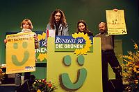 """06.03.1999, Deutschland/Erfurt:<br /> Kernkraftgegner demonstrieren für den Atomausstieg und erinnern die Grünen an Ihre Wahlaussage """"Atomausstieg mit Sicherheit"""", Bundesdelegiertenkonferenz von Bündnis 90/Die Grünen, Messe, Erfurt<br /> IMAGE: 19990306-01/01-02<br /> KEYWORDS: Demonstrant, demonstrator, Parteitag, party congress"""