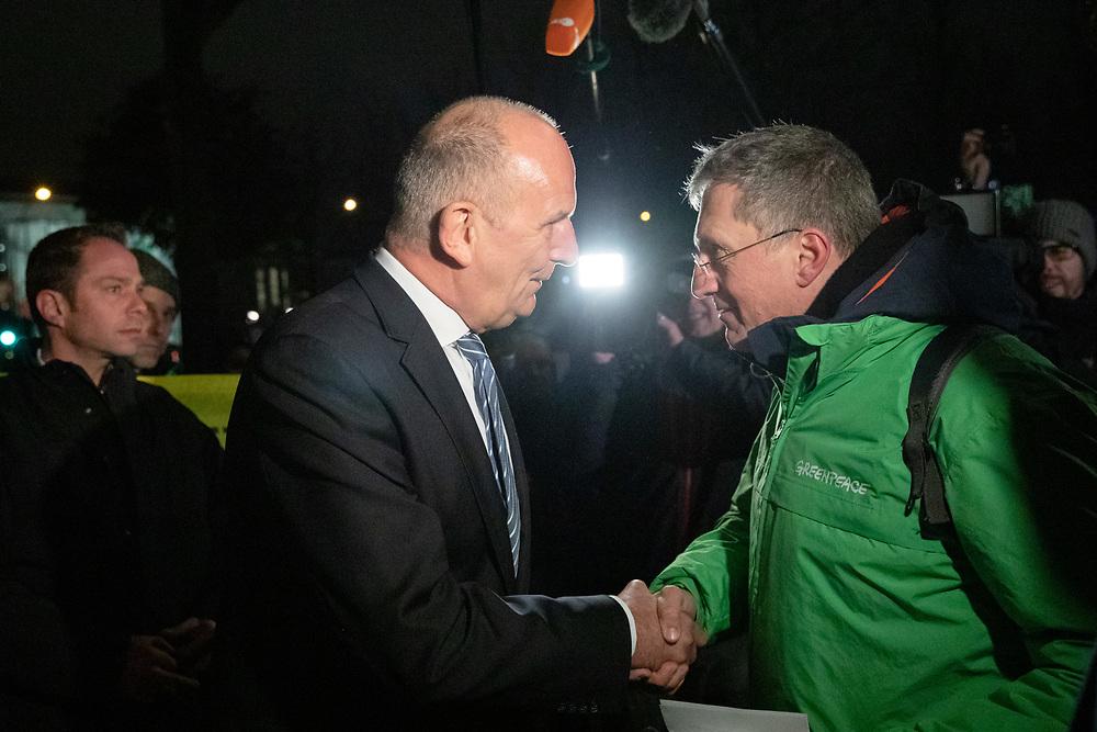 An die hundert Menschen protestieren anlässlich eines Treffens der Bundeskanzlerin A n g e l a  M e r k e l mit den Ministerpräsidenten der Bundesländer, in denen noch Braunkohle-Reviere bestehen und den Vorsitzenden der Kohlekommission vor dem Kanzleramt in Berlin. Die Demonstranten fordern einen schnellen Ausstieg aus der Kohleenergie und eine Einhaltung der Klimaschutzziele.<br /> Brandenburgs Ministerpräsident Dietmar Woidke spricht auf dem Weg zu dem Treffen mit einem Greenpeace-Aktivisten.<br /> <br /> [© Christian Mang - Veroeffentlichung nur gg. Honorar (zzgl. MwSt.), Urhebervermerk und Beleg. Nur für redaktionelle Nutzung - Publication only with licence fee payment, copyright notice and voucher copy. For editorial use only - No model release. No property release. Kontakt: mail@christianmang.com.]
