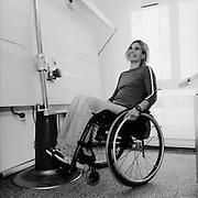 Rollstuhlsportlerin Ursula Schwaller am Arbeitsplatz als Zeichner und Architektin in Düdingen. © Romano P. Riedo