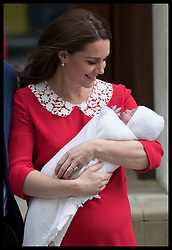 April 23, 2018 - London, London, United Kingdom - Image licensed to i-Images Picture Agency. 23/04/2018. London, United Kingdom.  The Duke and Duchess of Cambridge with their new baby boy outside  the Lindo Wing of St.Mary's hospital in London  (Credit Image: © Stephen Lock/i-Images via ZUMA Press)
