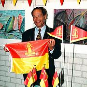 Burgemeester Verdier met Huizer vlaggen