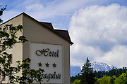 Hotel Dragului, in Predeal a mountain resort town in Brasov County, Romania. Hotel Dragului is situated 500 metres from Clabucet Ski Slope,