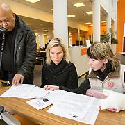 Nederland Rotterdam 26-03-2009 20090326 Foto: David Rozing ..Serie UWV, Stadsmarinier helpt pools meisje met papierwerk en aanvraag uitkering. Zij is arbeidsongeschikt geworden tijdens haar werk voor een uitzendbureau, zij is de topjes van enkele vingers kwijt geraakt en vervolgens met lege handen de laan uit gestuurd door het uitzendbureau. Werkbedrijf lokatie Schiekade centrum Rotterdam, de vroegere arbeidsbureaus ( CWI UWV ) De werkloosheid in Nederland begint op te lopen. Dat blijkt uit de jongste cijfers die het Centraal Bureau voor de Statistiek (CBS) de oorzaak is de krediet crisis Holland, The Netherlands, dutch, Pays Bas, Europe , buitenlandse arbeidskracht, pools, meid, jonge werknemer, uitkering aanvragen, ziektewet, ongeschikt om te werken, tussen wal en schip, jonge vrouw,..Foto: David Rozing/