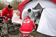Een slachtoffer wordt uit de decontaminatietent gehaald.  In het Calamiteitenhospitaal in Utrecht wordt een rampenoefening gehouden. De nadruk ligt op de contaminatie, door een gekantelde vrachtwagen zijn veel slachtoffers in aanraking gekomen met een chemische stof. Voor het eerst wordt er geoefend met een zogenaamde decontaminatietent. Als de tent bevalt, schaft het ziekenhuis zo'n tent aan. Bij de 'ramp' zijn 100 slachtoffers gevallen.<br /> <br /> A patient is leaving the decontamination tent. In the Trauma and Emergency Hospital in Utrecht an calamity training was held. The emphasis is on the contamination by an overturned truck, many victims are contaminated by a chemical. For the first time a so-called decontamination tent was used. If the tent fulfills the expectations, a tent will be purchased. The 'calamity' caused 100 victims.