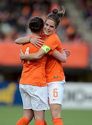 20-05-2015 NED: Nederland - Estland vrouwen, Rotterdam<br /> Oefeninterland Nederlands vrouwenelftal tegen Estland. Dit is een 'uitzwaaiwedstrijd'; het is de laatste wedstrijd die de Nederlandse vrouwen spelen in Nederland, voorafgaand aan het WK damesvoetbal 2015 / Merel van Dongen #4 scoort de 1-0, Tessel Middag #6