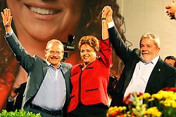 Presidente do Brasil Luiz Inácio Lula da Silva (D), a candidata presidencial pelo Partido dos Trabalhadores (PT), Dilma Rousseff e o candidato a governador, Tarso Genro durante um comício em Porto Alegre, sul do Brasil em 24 de setembro de 2010. Dilma Rousseff vai à frente com 51 por cento da intenção de voto para o 03 de outubro eleição presidencial. AFP PHOTO BERNARDES / Jefferson. FOTO: Jefferson Bernardes/Preview.com