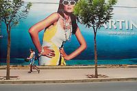 Chine. Pekin. Affiche dans le quartier de Sanlitun. // China. Beijing. Advertising at Sanlitun area.