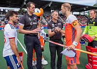 AMSTELVEEN - Toss, Billy Bakker (Ned) met /e16/ met scheidsrechters Christian Blasch en Simon Taylor,   voor  de wedstrijd om de 3e plaats ,   Nederland-Groot Brittannie (5-3),  bij  de Pro League Grand Final hockeywedstrijd heren. COPYRIGHT KOEN SUYK