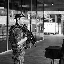 samedi 17 septembre 2016, 10h22, Paris XIII. En patrouille à la Cité de la Mode et du Design ce militaire du 126ème Régiment d'Infanterie s'arrête pour échanger quelques mots avec le vigile et savoir quelle fréquentation est attendue pour la journée.