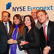 NLD/Amsterdam/20110125 - Opening Amsterdamse Effectenbeurs door cast Legally Blond, Castleden krijgen uitleg over de Aex index